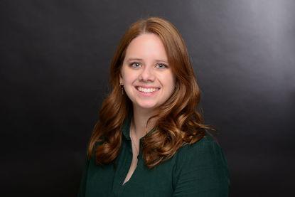 Portraitbild von Maren Liedtke. Sie trägt eine grüne Bluse und hat langes rot-braunes Haar. Sie lächelt in die Kamera - Copyright: Susanne Wenck-Bauer