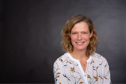 Portraitbild von Frau Dose. Sie trägt eine helle Bluse und hat welliges braunes halblanges Haar. - Copyright: Susanne Wenck-Bauer