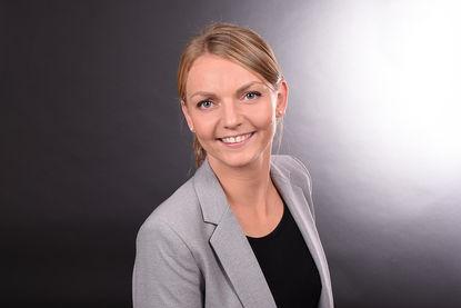 Maja Schlecht: Sie trägt ein schwarzes Unterteil und einen grauen Blazer. Die Haare sind zusammengebunden. - Copyright: Fachdienst Ev. Kindertagesstätten