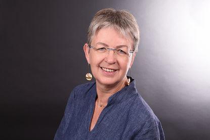 Mary Herbst: Sie trägt eine blaue Bluse und hat kurze Haare. - Copyright: Fachdienst Ev. Kindertagesstätten